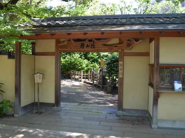 椿山荘の冠木門-神楽坂散歩