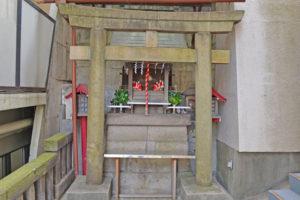 弦巻稲荷神社、参道が分かりにくい!マンション入口に祀られています