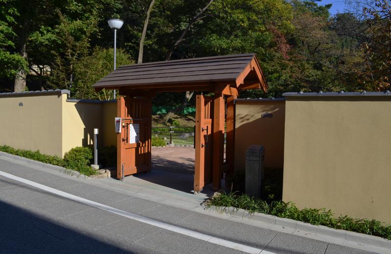肥後細川庭園の西門
