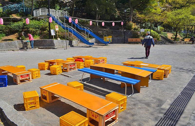 江戸川公園、屋台のテーブルとベンチ